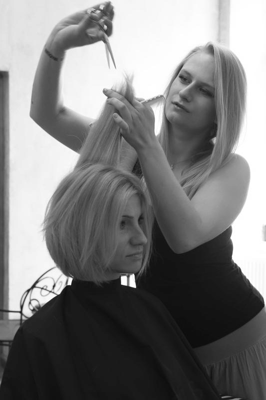 Zdjęcie ilustracyjne Dominika Prokopowicz fryzjerka z warszawy z klientką
